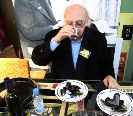 Descansando en la cocina y , según él, degustando los mejores mejillones del Mediterráneo. Cuestión de cariño.