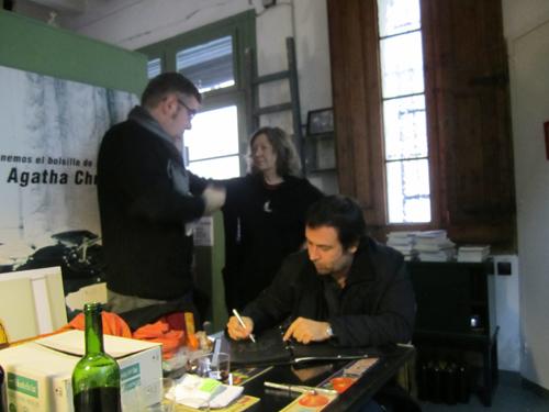 Mientras Daniel Vázquez Sallés escribe, Pau Arenós y yo hablamos de restaurantes y restauradores. Intercambiamos direcciones, sabores y puntos de cocción. Un gustazo.